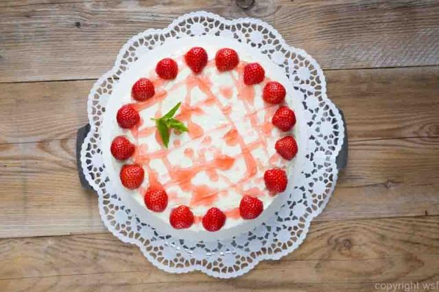 Cake Strawberry cream cheese on rustic wood.