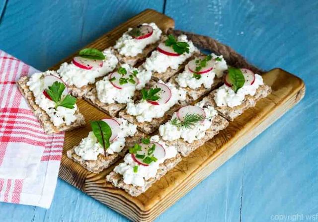 Crispbread with cottage cheese radishes and herbs